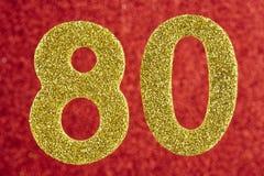 Cor amarela do número oitenta sobre um fundo vermelho anniversary Fotografia de Stock