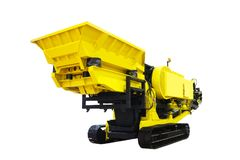 Cor automotora poderosa do amarelo da máquina do triturador de pedra do russo novo isolada no fundo branco Fotos de Stock Royalty Free
