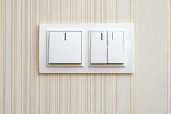 Cor branca do interruptor da luz dobro da parede, com indicadores Fotos de Stock Royalty Free