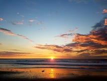 Cor calma 4k do abrandamento da praia do Oceano Pacífico do por do sol Foto de Stock