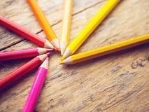 A cor colorida escreve na tabela de madeira velha com espaço da cópia imagem de stock royalty free