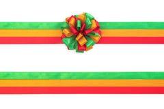 Cor da curva do Natal vermelha, verde e do ouro isolada no backgr branco Fotografia de Stock