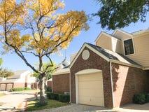 Cor da queda na vizinhança complexa do condomínio em Dallas, Texas, U fotos de stock