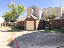 Cor da queda na vizinhança complexa do condomínio em Dallas, Texas, U fotografia de stock