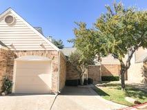 Cor da queda na vizinhança complexa do condomínio em Dallas, Texas, U imagens de stock