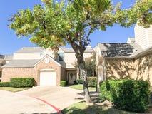 Cor da queda na vizinhança complexa do condomínio em Dallas, Texas, U imagem de stock royalty free