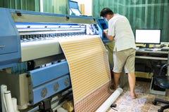 Cor da tinta do reenchimento do técnico da impressora a jato de tinta durante imprimir o Ca imagens de stock royalty free