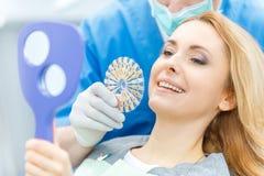 Cor de harmonização dos dentes do dentista com paleta imagem de stock