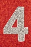 Cor de prata do número quatro sobre um fundo vermelho anniversary Foto de Stock