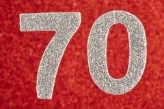 Cor de prata do número setenta sobre um fundo vermelho anniversary Imagem de Stock