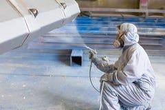 Cor de pulverização do pintor do veículo na cubeta da construção Fotos de Stock Royalty Free