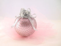 Cor-de-rosa com a esfera de prata para a árvore de Natal imagens de stock