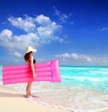 Cor-de-rosa de flutuação da sala de estar da mulher da praia fotos de stock