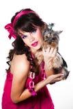 Cor-de-rosa desgastando da menina com o terrier de yorkshire pequeno Imagem de Stock