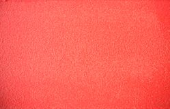 A cor de vida do coral pintou o backgrond da textura do muro de cimento fotos de stock royalty free
