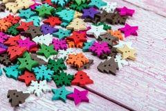 A cor diferente abotoa-se na forma de árvores e de neve de Natal Fotografia de Stock Royalty Free
