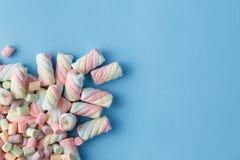 Cor do arco-íris de marshmallows espirais no fundo azul fotos de stock