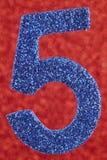 Cor do azul do número cinco sobre um fundo vermelho anniversary Fotografia de Stock