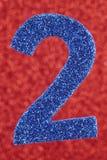 Cor do azul do número dois sobre um fundo vermelho anniversary Fotos de Stock