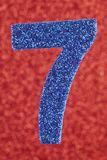 Cor do azul do número sete sobre um fundo vermelho anniversary Imagens de Stock