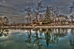 Cor do nascer do sol de uma casa com uma reflexão do lago em HDR imagens de stock