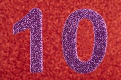 Cor do roxo do número dez sobre um fundo vermelho anniversary Foto de Stock
