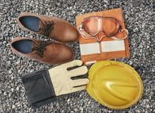 Cor do vintage do equipamento pessoal da proteção no cascalho do granito Imagens de Stock