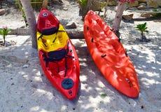 Cor dois vermelha do caiaque no suporte da praia perto para a aventura Fotografia de Stock Royalty Free