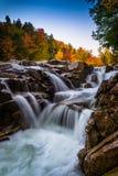 Cor e cachoeira do outono em Rocky Gorge, no Kancamagus Hig fotos de stock royalty free