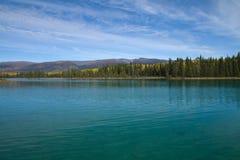 Cor e claridade de água irreal no parque provincial do lago Boya, BC fotos de stock royalty free