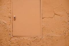 Cor pastel alaranjada portal e parede pintados Fotos de Stock