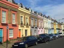 A cor pastel coloriu casas nas ruas de Londres Imagens de Stock