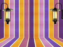 A cor pastel da parede e a lâmpada coloridas do vintage projetam o fundo Fotos de Stock Royalty Free