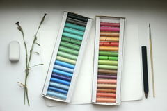 Cor pastel, escova, eliminador e lápis no papel Foto de Stock