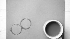 Cor preto e branco da mancha do copo de café Imagens de Stock Royalty Free
