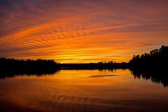 Cor surpreendente nos céus no por do sol fotografia de stock