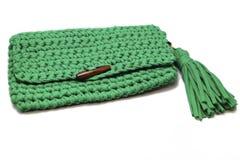 Cor verde do saco feito a mão com um botão de madeira em um fundo branco fotografia de stock
