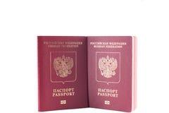 Cor vermelha de dois passaportes com um emblema da águia dourada Imagem de Stock Royalty Free