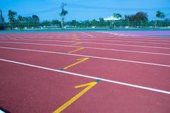 Cor vermelha padrão de borracha da pista de atletismo do estádio do atletismo Imagem de Stock Royalty Free
