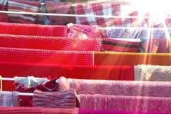 A cor veste a secagem pelo sol Imagem de Stock
