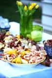 Cor vibrante com flores amarelas e uma fervura deliciosa do camarão do baixo país fotos de stock