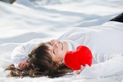 Coração adolescente da menina em suas mãos Imagens de Stock Royalty Free