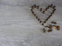 Coração alinhado com balas em um fundo claro, tema do amor do feriado foto de stock