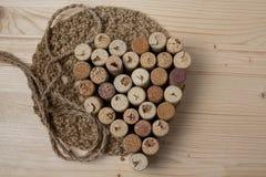 Coração apresentado das cortiça da garrafa fotografia de stock