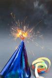 Coração ardente em chapéus do partido, fundo preto, cartão de aniversário Foto de Stock Royalty Free