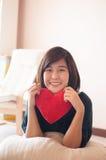 Coração asiático novo do vermelho da posse da mulher fotografia de stock