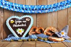Coração bávaro do pão-de-espécie com pretzeis macios Fotografia de Stock