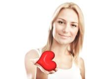 Coração bonito da terra arrendada da mulher, foco seletivo imagem de stock royalty free