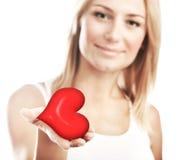 Coração bonito da terra arrendada da mulher, foco seletivo Foto de Stock