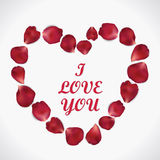 Coração bonito das pétalas cor-de-rosa vermelhas realísticas no branco Fotografia de Stock Royalty Free